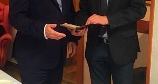 """Stephan Kellner entrega a Georg Semler el libro de Franz August von Etzel, """"Descripción de la celebración secular de la recepción de Federico el Grande, rey de Prusia, en el lazo masónico"""", editado en Berlín en 1838."""