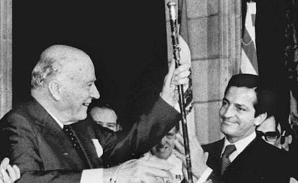 Josep Tarradellas con Adolfo Suárez en el balcón de la Generalitat, tra asumir la presidencia el 24 de octubre de 1977.