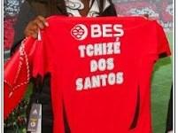 Tchizé dos Santos muestra la camiseta encarnada del Benfica, cuya filial preside en Luanda