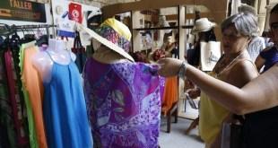 Confecciones textiles de una pequeña empresa privada, se exhiben en un estand de la feria CubaEmprende, celebrada en La Habana en abril de 2017. El sector privado espera por su legalización en las más de 200 actividades permitidas actualmente. Crédito: Jorge Luis Baños/IPS