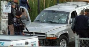 Esta camioneta fue tiroteada y perecieron cuatro personas. Foto NTX.
