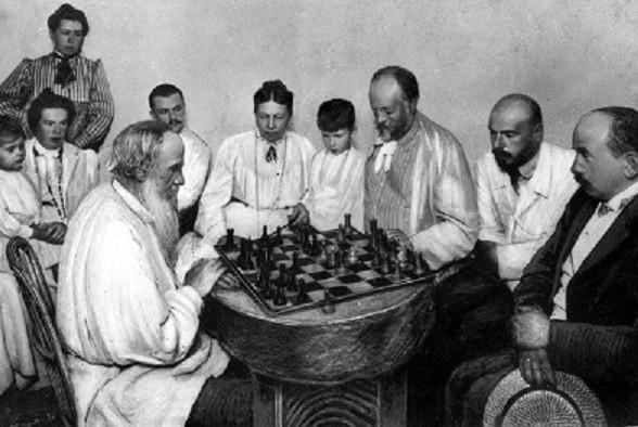 Tolstoi juega frente a su yerno y rodeado de su familia