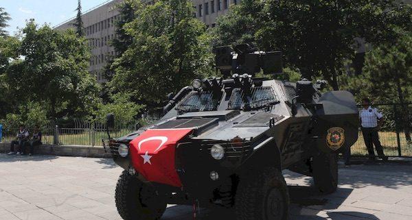 Fuerzas de seguridad patrullan en las calles de las principales ciudades turcas
