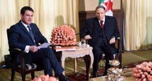 """""""Échanges économiques, humains et sécurité : la relation franco-algérienne est forte, historique et stratégique"""", dice Manuel Valls en el tuit que acompaña esta foto."""