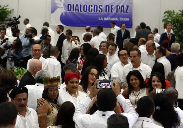 Victoria Sandino, comandante de las FARC, quien encabeza la Subcomisión de Género por la guerrilla en los Diálogos de Paz con el gobierno de Colombia, segunda a la izquierda y con turbante rojo, posa con mujeres de la sociedad civil, durante la firma del acuerdo de cese al fuego bilateral y definitivo, el 23 de junio en La Habana, Cuba. Crédito: Jorge Luis Baños/IPS