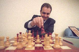 Zapatero ante un tablero. Foto: ajedrezdeataque.com