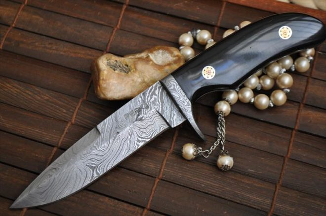 Beautiful Handmade Damascus Hunting Knife - Buffalo Horn & Mosaic Pins