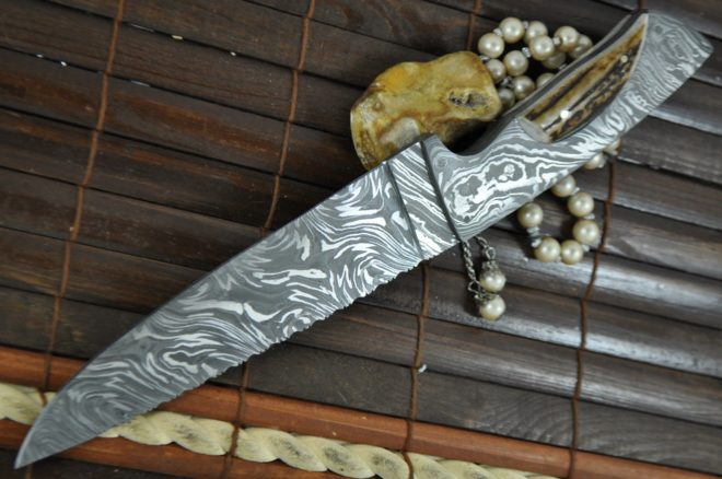 Beautiful Workmanship Handmade Damascus Hunting Knife