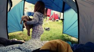 Im Mädelszelt aufgewacht. Die Perle fand ihre erste Nacht im Zelt wahnsinnig aufregend.