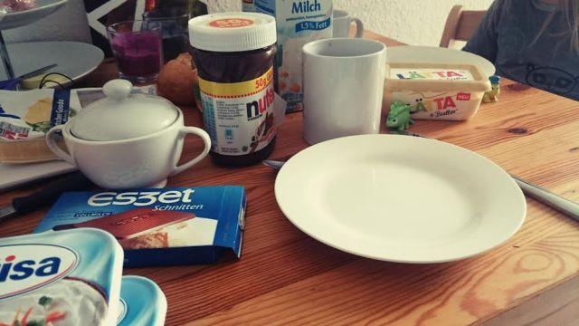 Frühstück mit leckeren Brötchen.