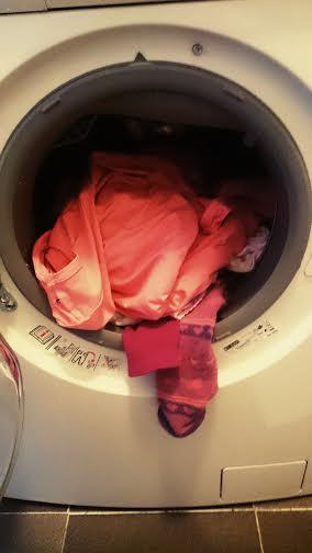 Dann wurde eine Ladung Wäsche in die Waschmaschine geschmissen.