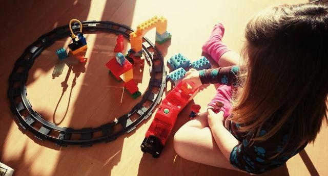 """Nach dem Frühstück hat die Perle ihr Geschenk vom Opi ausprobiert: Eine """"Puplo""""-Eisenbahn."""