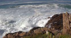 Spokojne fale rozbijające się o skalny brzeg…