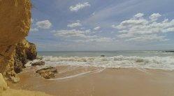 W porannym słońcu i na portugalskiej plaży słuchać  szumu fal Oceanu Atlantyckiego