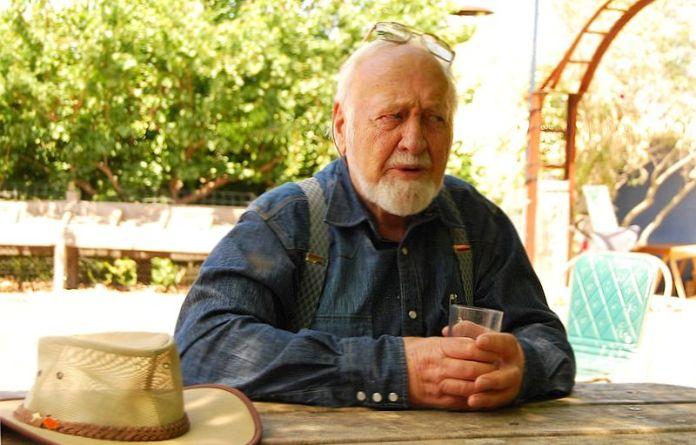 Bill Mollison ai microfoni della BBC durante la nota trasmissione Natural Gardening