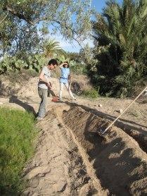 On creuse la baissière des deux côtés de la butte et on essaye de faire tenir cette terre sableuse.