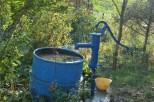 Kiedy w lecie nie pada i beczki z deszczówką puste, źródłem wody na działce jest studnia abisyńska.