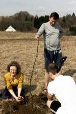 rok 2014 - podczas warsztatów jogi w Gniewoszowie opowiadam o sadzeniu drzew wg zasad permakultury. Sadzimy pierwsze drzewa na działce BioDomkowej. Działka od czasu zakupu w 2013 roku była nie koszona by zasiała się rodzimymi drzewami pionierskimi (teren dużych wiatrów).