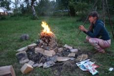 Agnieszka ułożyła stos, ognisko płonie od góry i nie dymi