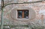 Typowe dla lokalnej, XIX-wiecznej zabudowy wiejskiej obramowanie okna ;)