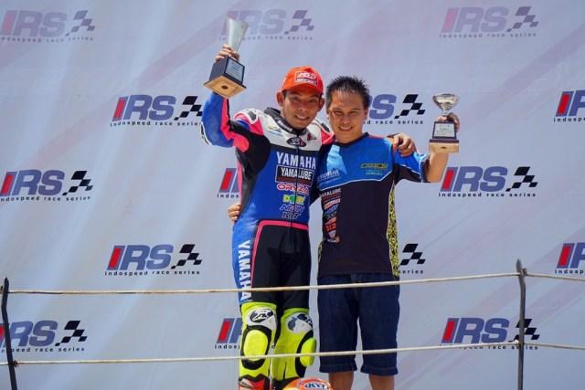 Gupita Kresna podium juara race 1 Kejurnas Sport 150 cc