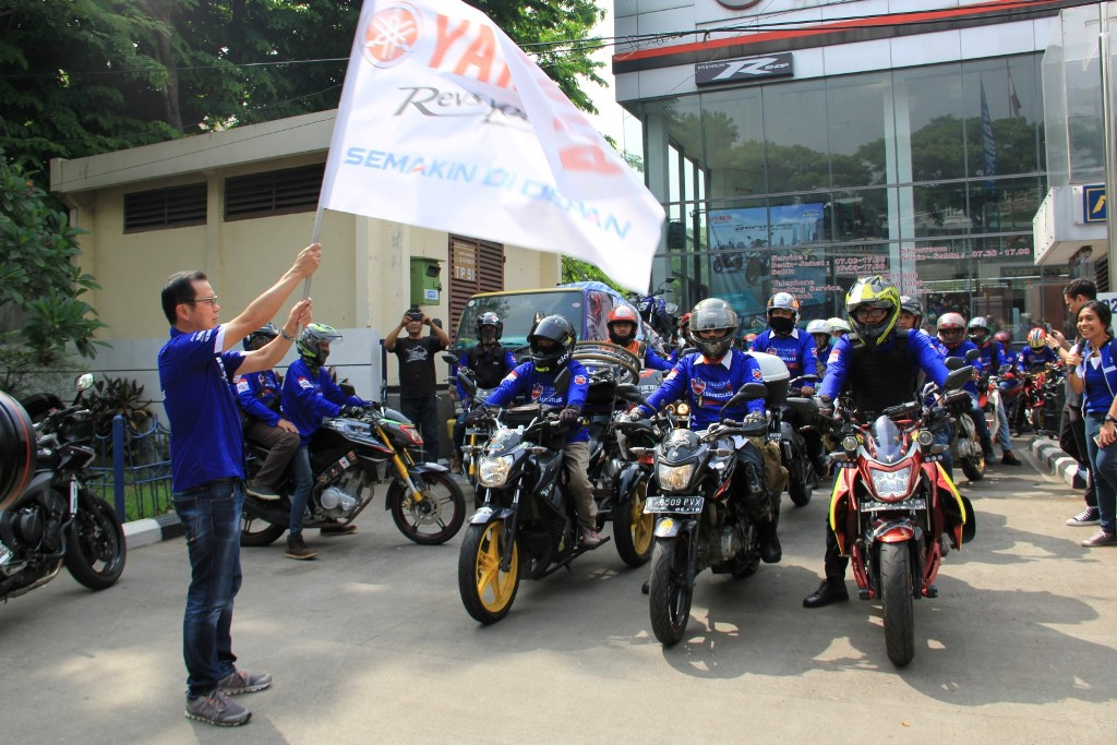 Eddy Ang selaku Deputy GM Marketing PT Yamaha Indonesia Motor Manufacturing (YIMM) melepas rombongan touring komunitas Vixion di Jambore 1 Dekade Vixion