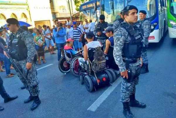 Cadeirantes ficam na frente de ônibus em protesto no centro de Caruaru