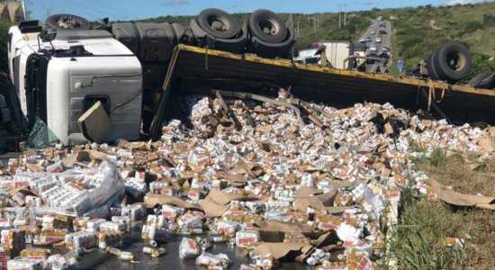 Caminhão carregado  cerveja tomba na Rodovia BR-232 Pernambuco Notícias
