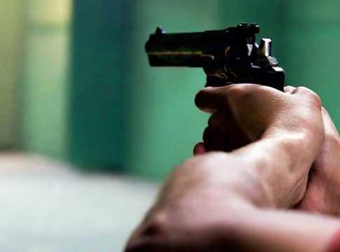 Jovem arrastado e morto com disparos de arma de fogo na frente de casa
