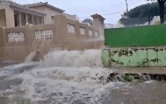 Chuvas transformam rua em cachoeira no sertão de Pernambuco