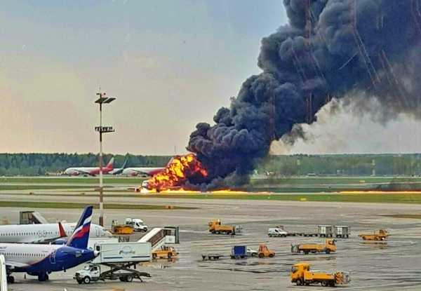 RÚSSIA: Avião faz pouso de emergência e mata 41 passageiros