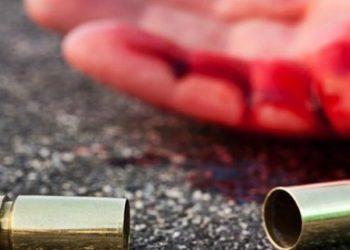 Homem morto a tiros quando conversava com amigo na frente da casa onde morava