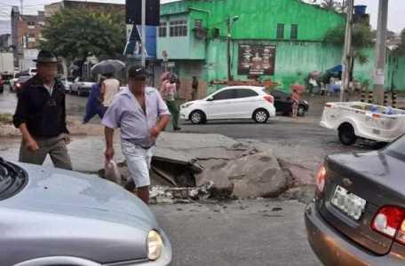 Caminhão destrói blocos de concreto ao fazer curva fechada no centro de Gravatá