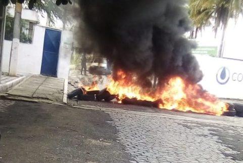 Com salários, tickets e férias atrasados, funcionários terceirizados da COMPESA fazem protesto em Caruaru