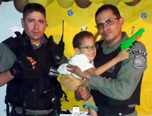 Fã da PM, menino ganha festa de aniversário com a presença de policiais