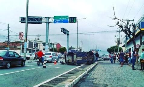 Outro: Mais um carro capota em avenida de Caruaru