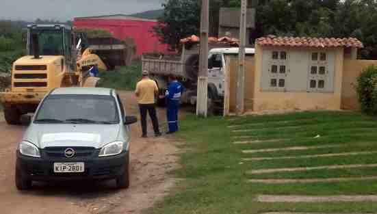 Após cobrança no site, prefeitura de Gravatá retira lixo acumulado no Loteamento Santana