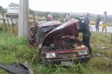 Homem perde controle de carro e se envolve em acidente na PE-320