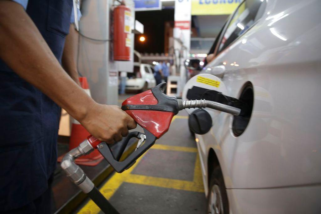 Gasolina fica R$ 0,03 mais barata nas refinarias a partir de hoje (19)