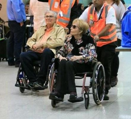 Atores são flagrados em cadeiras de rodas; fãs ficam preocupados