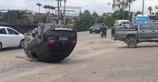 Carro capota após bater na traseira de caminhonete que trafegava pela PE-090