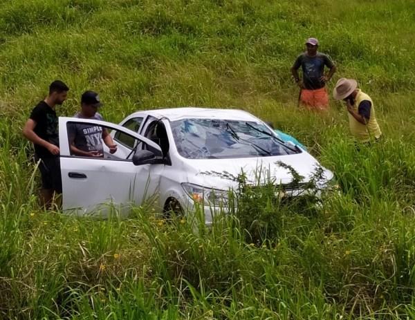 Por conta de buracos na pista, motorista perde controle e capota carro na PE158