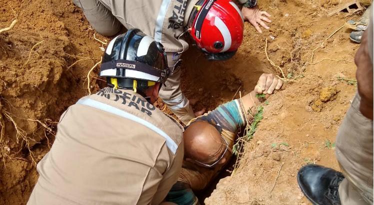 HOJE: Por pouco homem não morre soterrado no Recife
