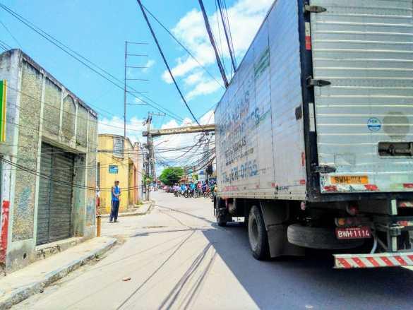 Poste de iluminação tomba na Rua Amauri de Medeiros e deixa parte da Boa Vista sem energia