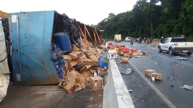 Carreta tomba na rodovia BR-408 e parte da carga foi saqueada por motoristas