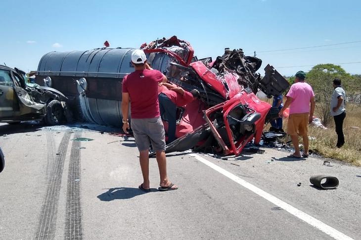 Acidente envolvendo quatro caminhões mata caminhoneiro no interior de Pernambuco