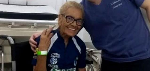 Torcedora-símbolo do Cruzeiro, idosa é levada para hospital após ser agredida por atleticanos