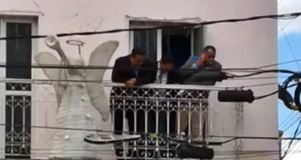 Vereador de Goiana é flagrado cuspindo na cara de cidadão na frente da Câmara