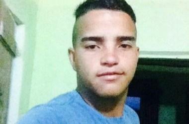 Jovem é morto a tiros dentro de bar durante anúncio de assalto