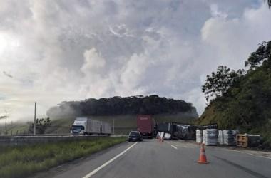 Acidente: Carreta tomba na BR-101 sul entre Palmares e Xexéu